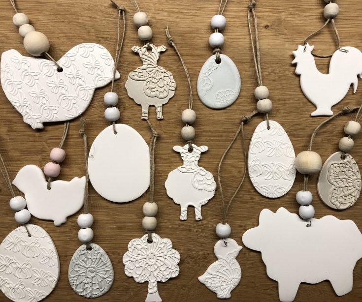 Hangers made from action-drying white clay. Easter. Easter. Air d …